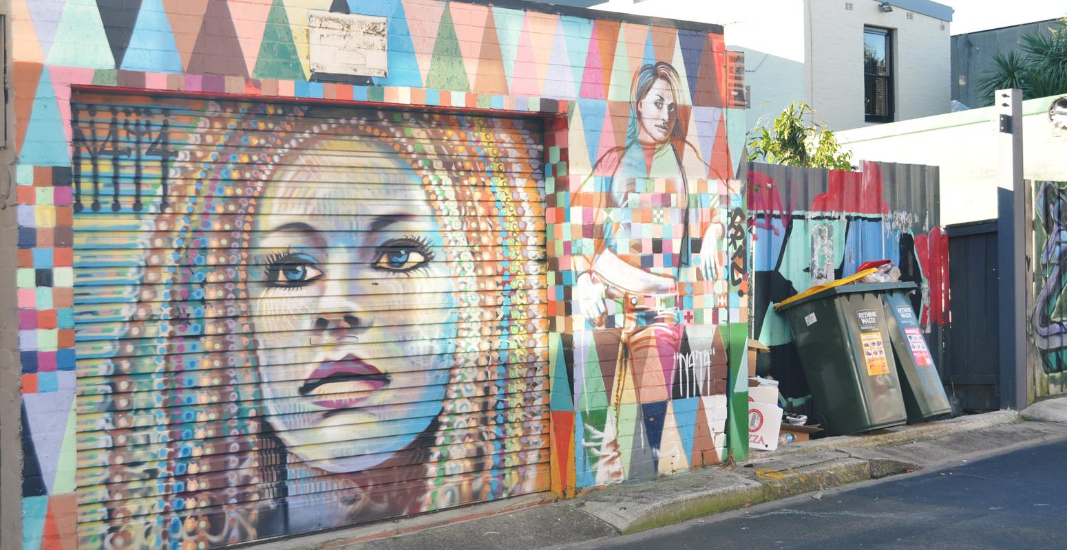 アート 壁 女性