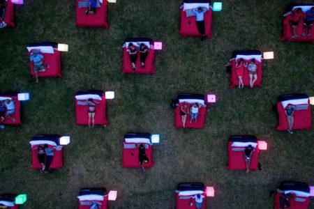 野外でベッドで映画を見る!?「Move In Bed」がシドニーで開催中