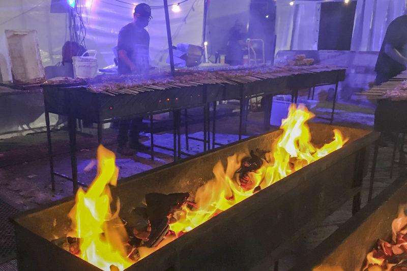 炭火で焼く串焼き